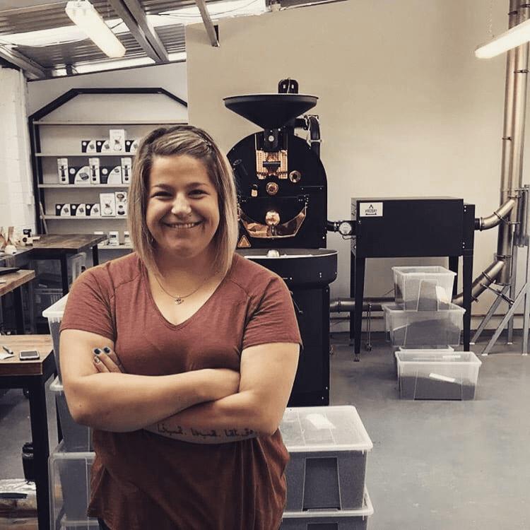 una mujer tostadora de cafe representa la industria