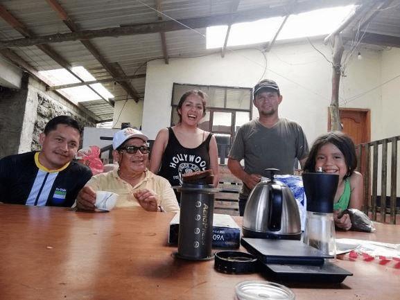 familia productora de cafe disfruta en grupo un delicioso cafe