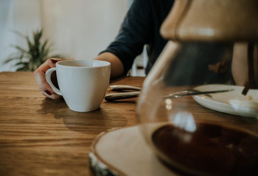 una taza de cafe junto a un chemex