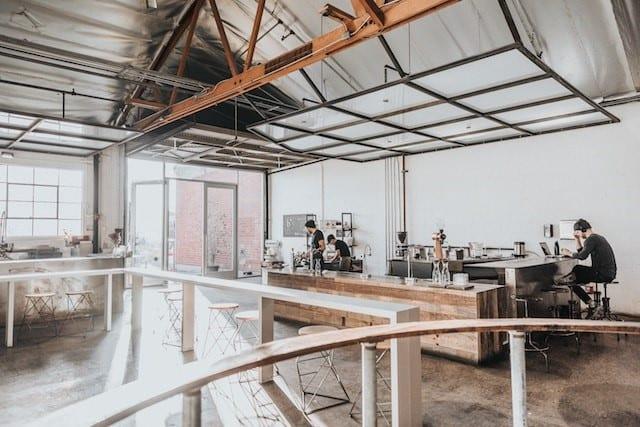 una tienda de cafe con un hermoso espacio abierto para los clientes