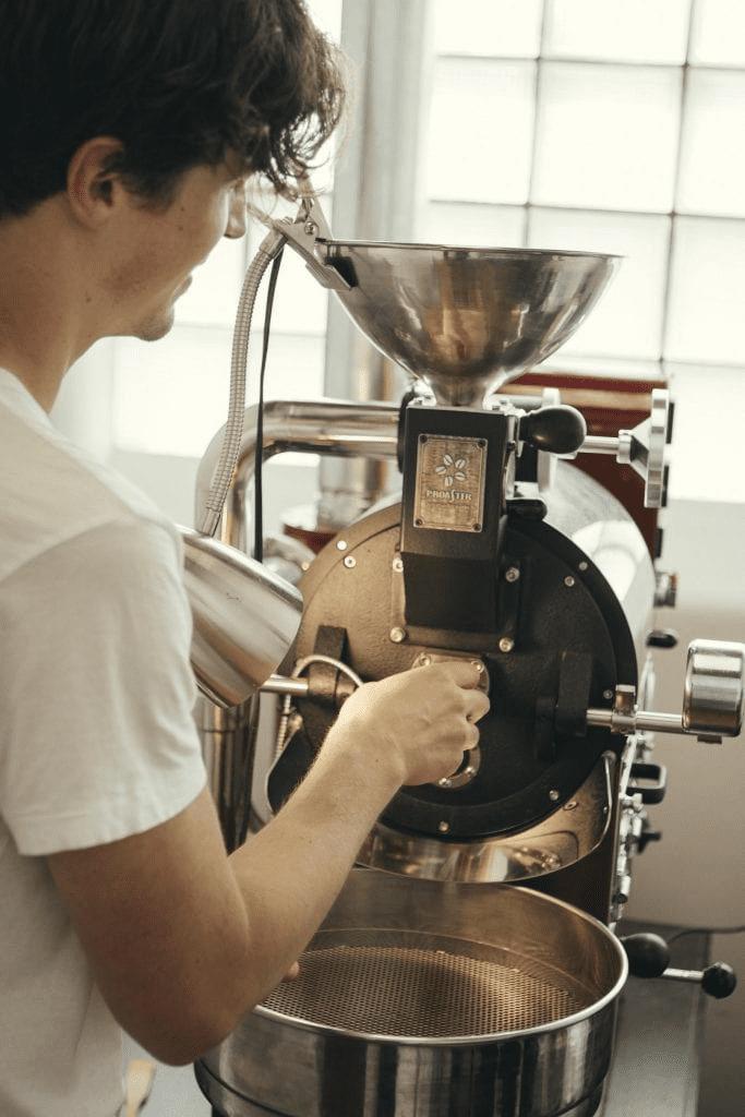 tostador de cafe trabajando para sacar algunos baches tostados