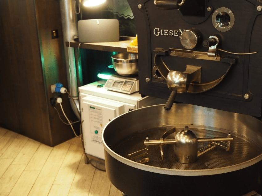 una maquina tostadora en preparacion para tostar algunos granos de cafe