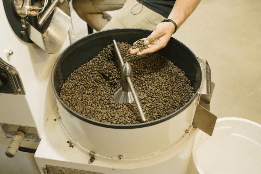cafe se tuesta en una tostadora profesional