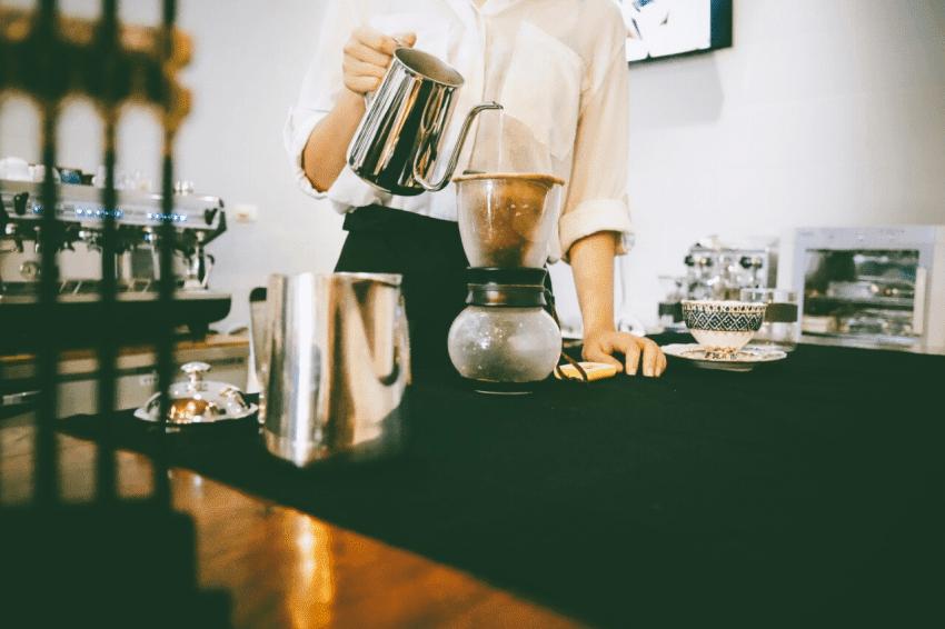barista prepara cafe en un metodo de filtrado
