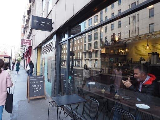 vista desde el exterior a una tienda de cafe