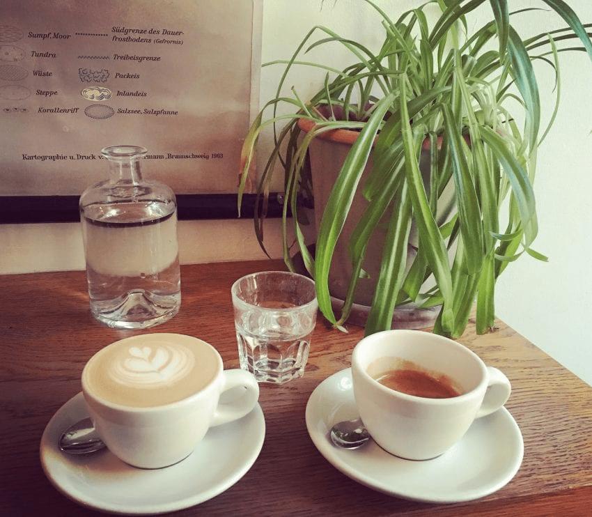 un cappuccino y un espresso