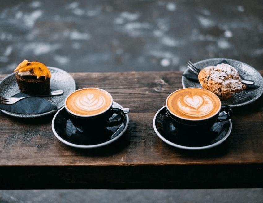 dos cappuccinos con pasteleria para clientes
