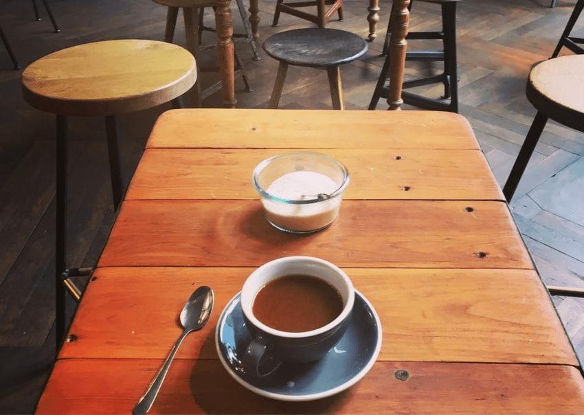 Una taza de espresso y una taza de leche