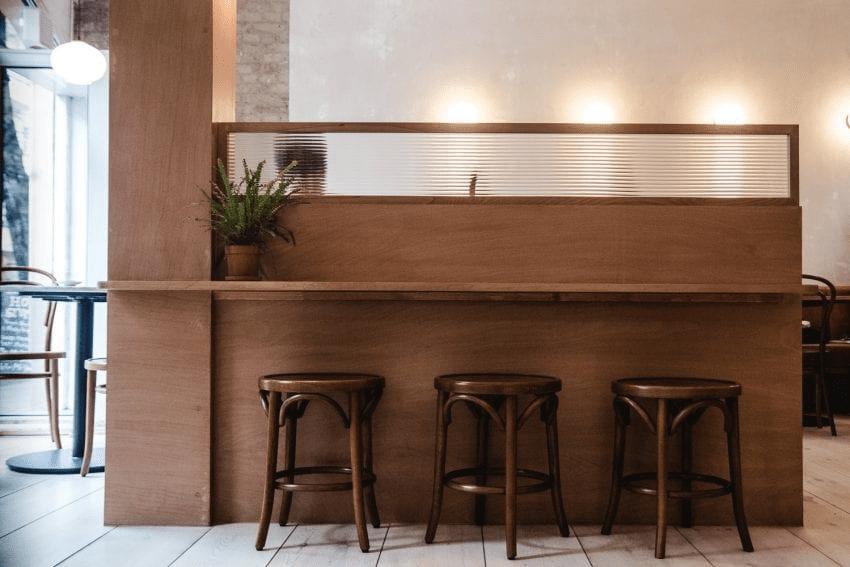 una mesa en una cafeteria en berlin