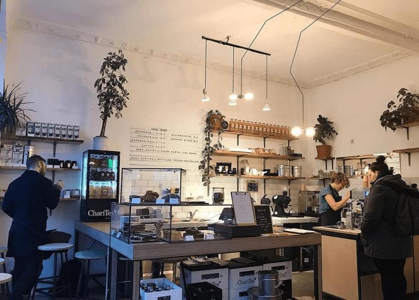 el interior de una tienda de cafe en berlin