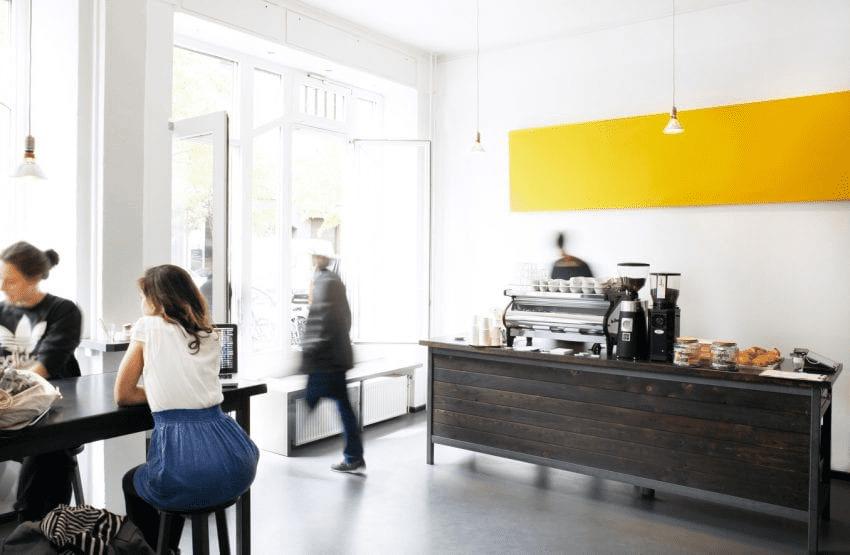 tienda de cafe llena de clientes