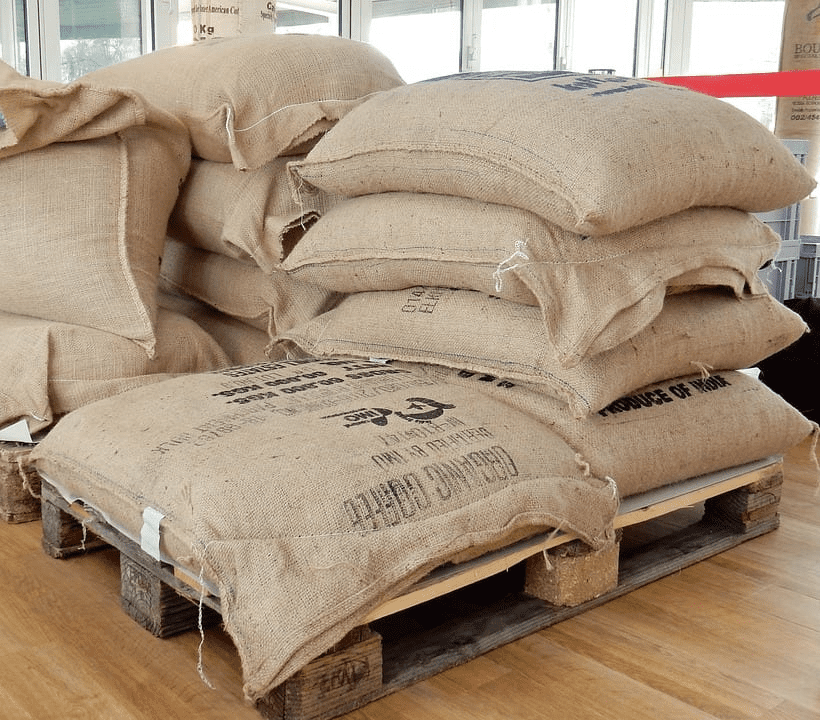sacos de cafe listos para transportar