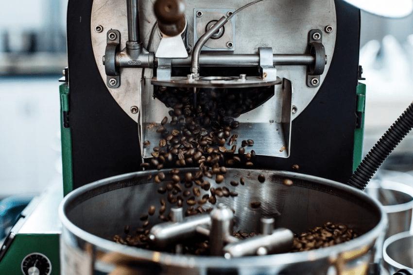 una tostadora tuesta granos de cafe verde
